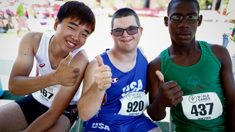 3 male runners giving the thumbs up